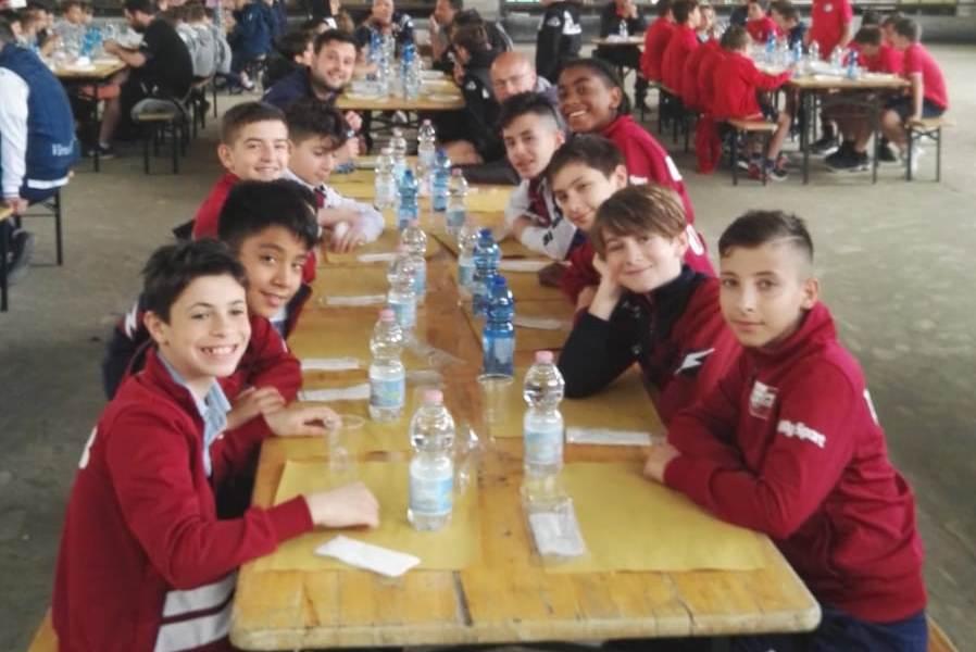 76fe143b4 Foto ufficiale a Sarzana. Pausa pranzo. Esordienti 2007 con la coppa del ...